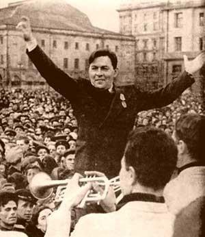 ( سخنرانی خواننده مطرح جاز لئونید اوتیاسو در میدان اسوردلُو در سال ۱۹۴۵م که موجب بازداشت وی شد)